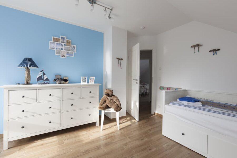 Kinderzimmer mit blauer Wandfarbe © Tilo Grellmann, stock.adobe.com