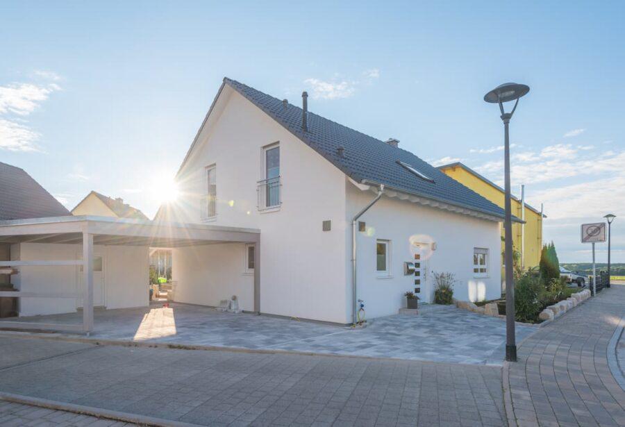 Einfamiliehaus mit Carport © schulzfoto, stock.adobe.com