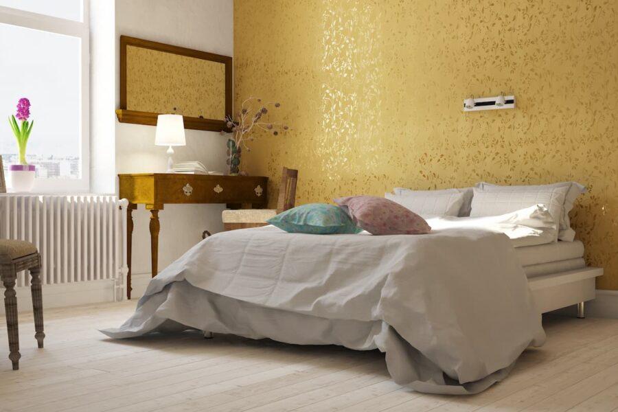 Schlafzimmer mit goldener Tapete © Robert Kneschke, stock.adobe.com