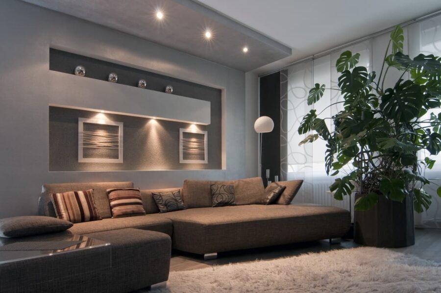 Schön beleuchtetes Wohnzimmer mit LED-Deckenspots © Eduard Shelesnjak, stock.adobe.com